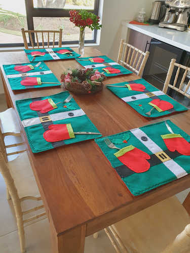 Elf belly placemat with gloves for cutlery