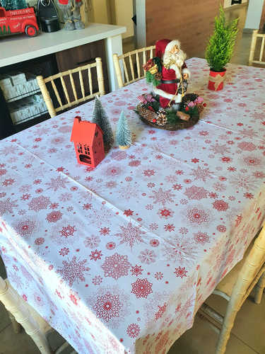 Red snowflakes tablecloth